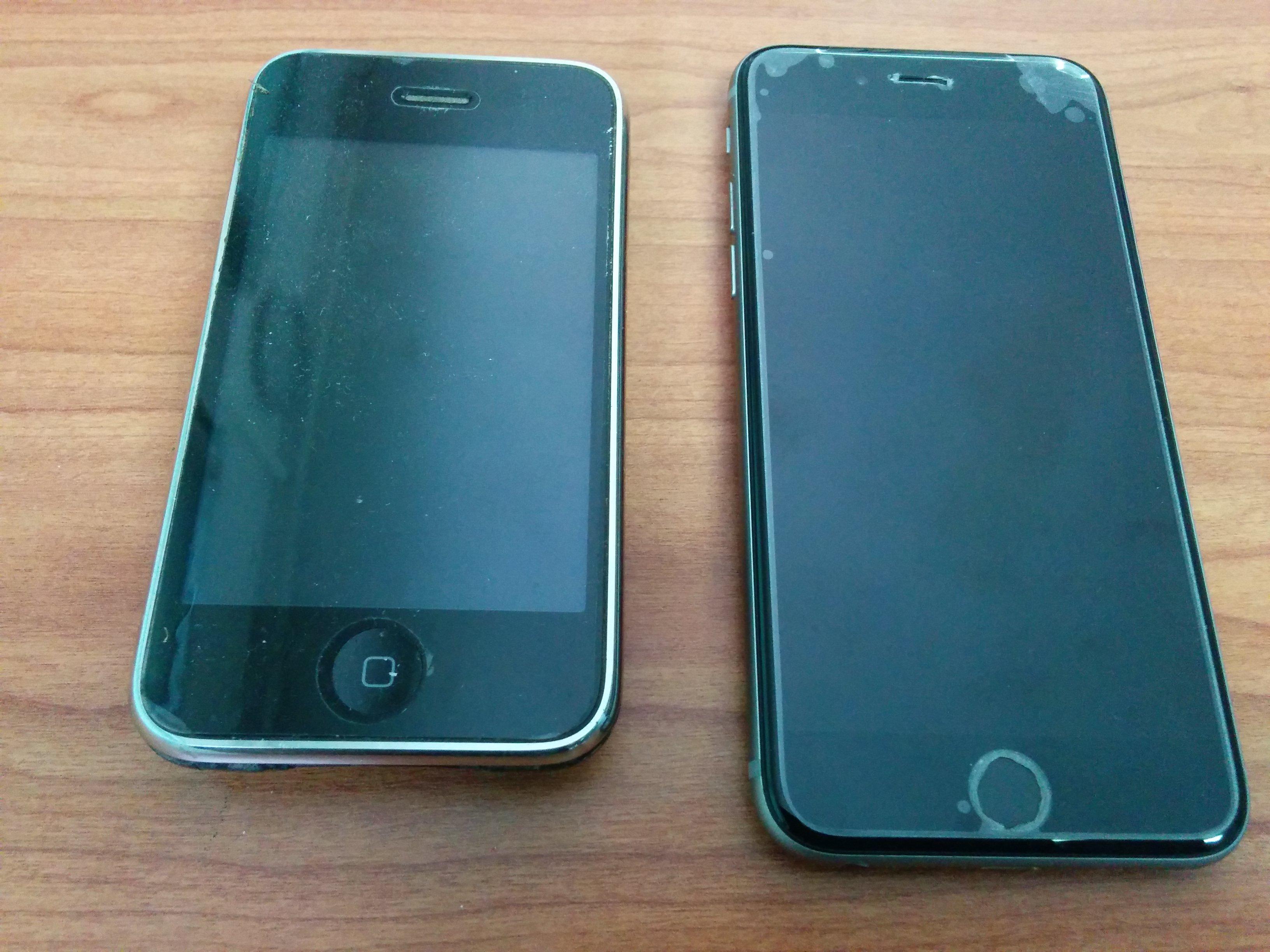 האייפון הישן משמאל, החדש - מימין. התמונה צולמה ע״י מכשיר האנדרואיד שלי