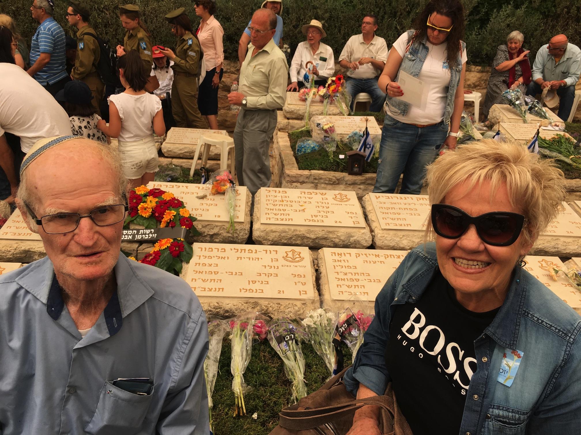 ציפי רוזנפלד ואמנון מרמור על רקע הקבר